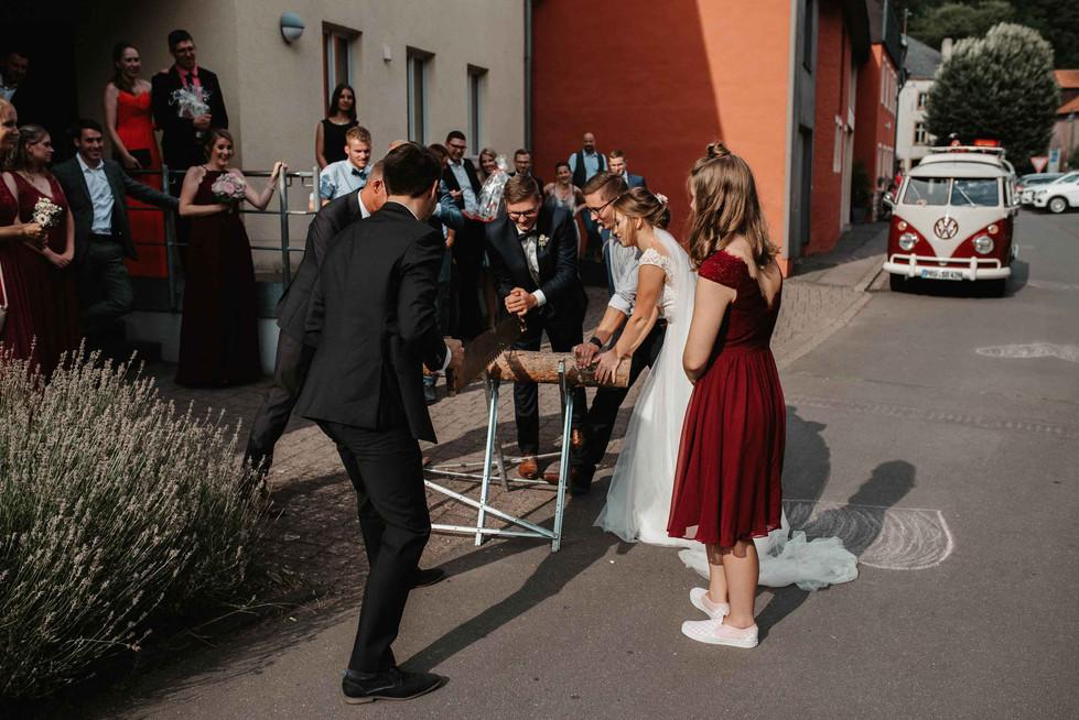 Hochzeit.SchlossKewenig.Baumstammsägen.
