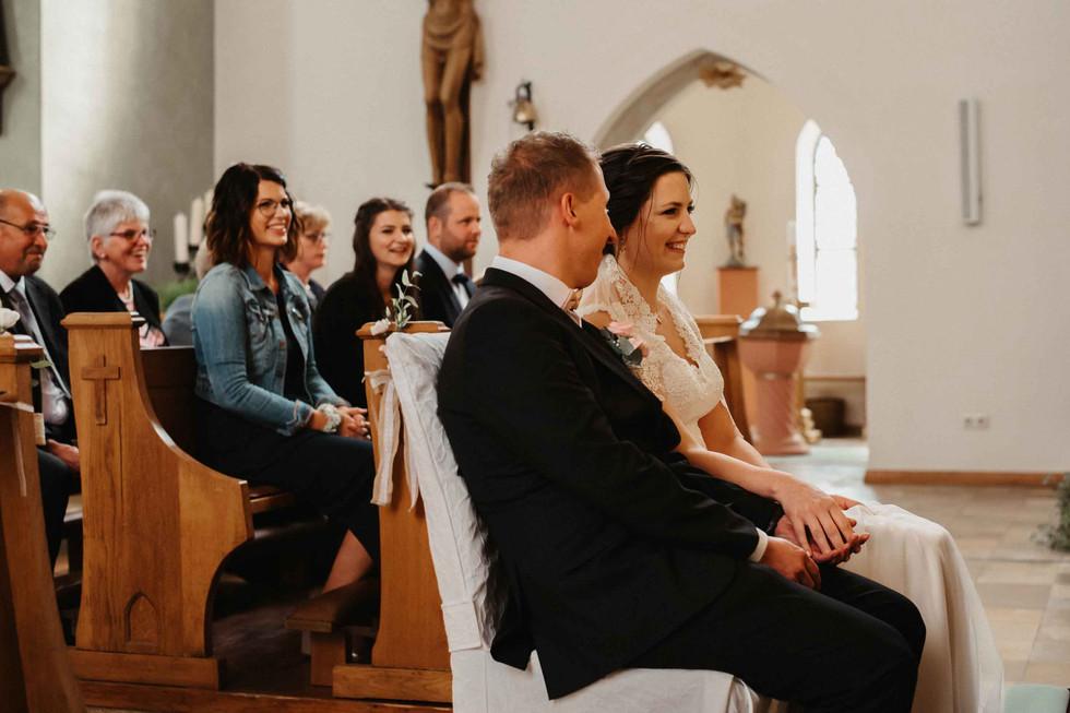 Hochzeit.Kirche.HandinHand.jpg