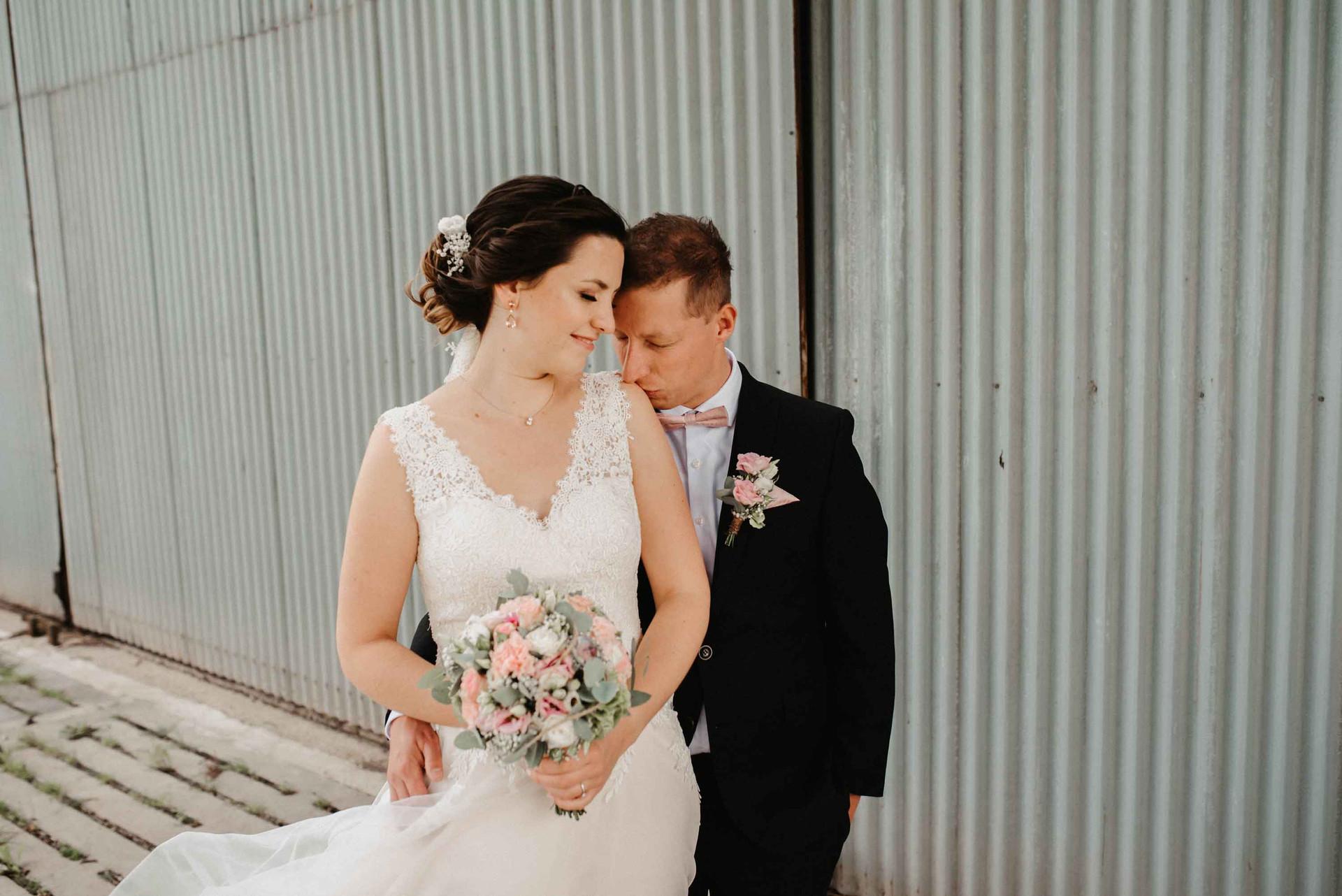 Brautpaarshooting.Metalltor.Wind..jpg