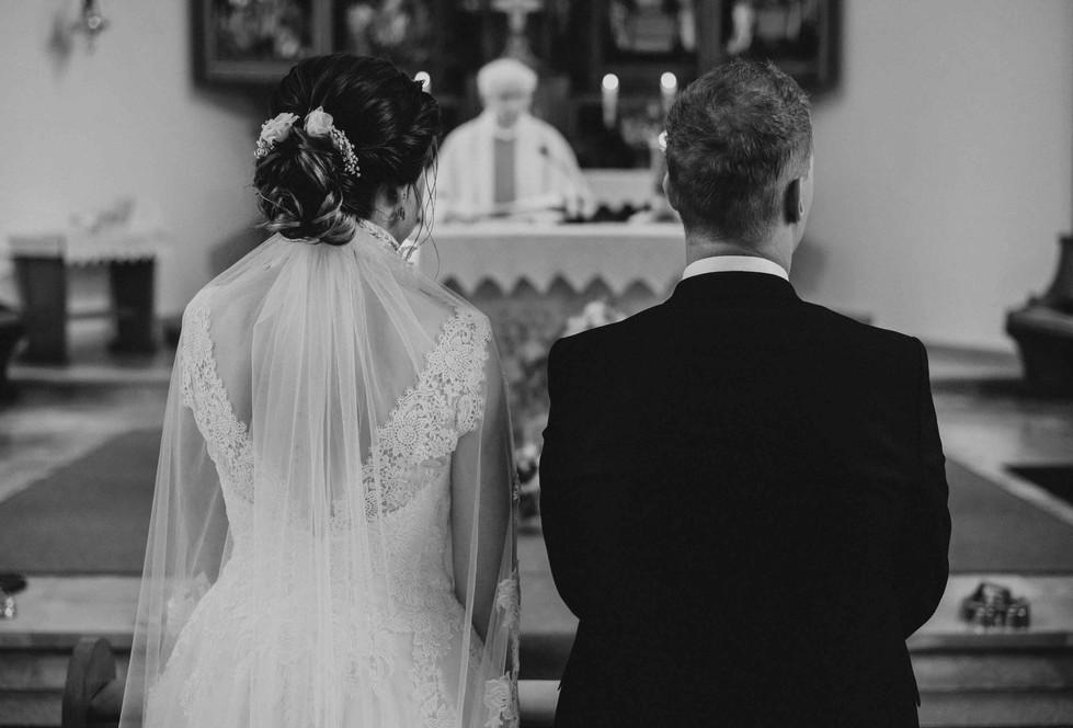 Brautpaar.Kirche.schwarzweiß.jpg