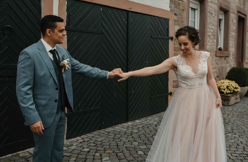 Brautpaarshooting.Tanzen.Scheunentor.jpg
