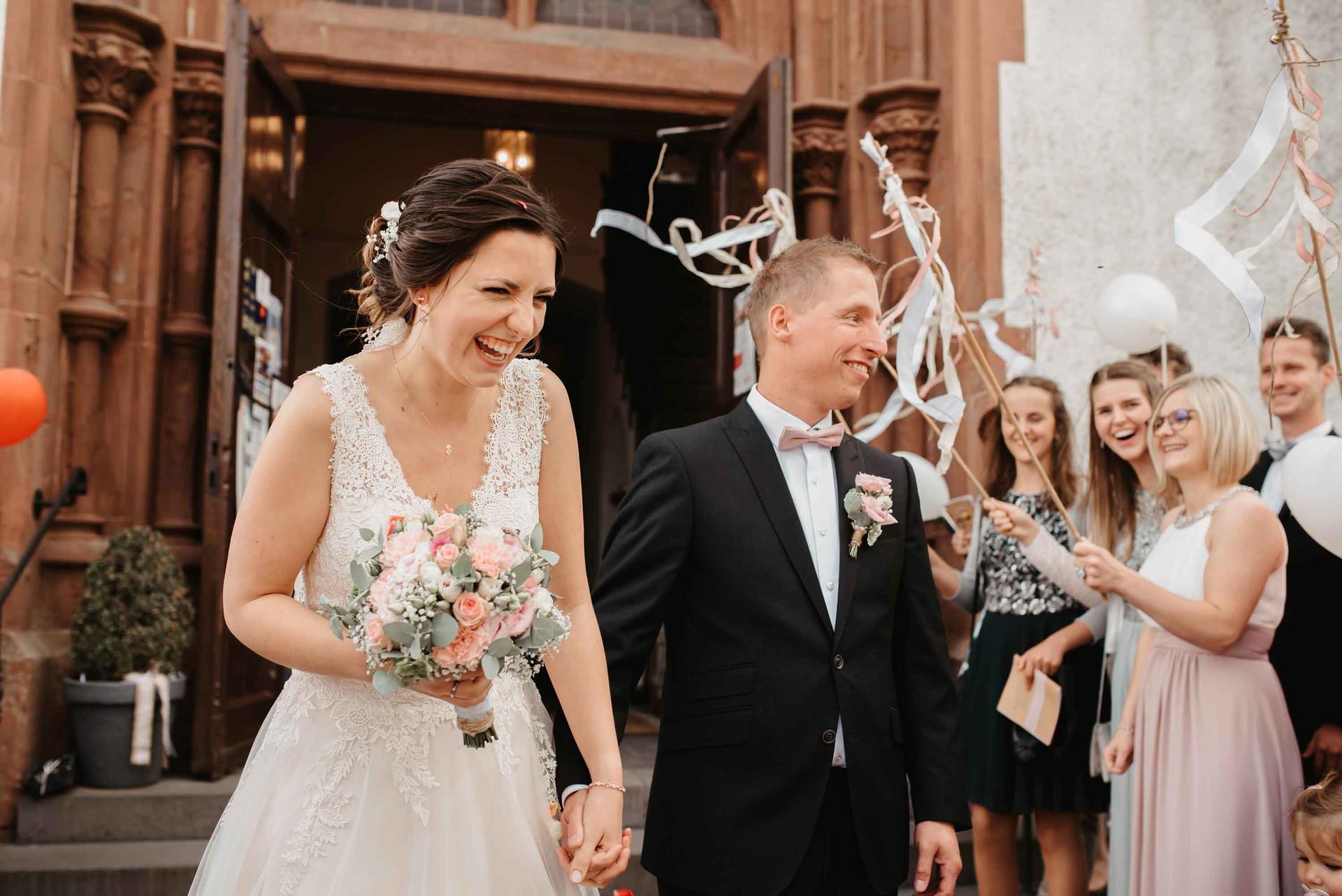 Brautpaar.Auszug.Kirche.Empfang.jpg