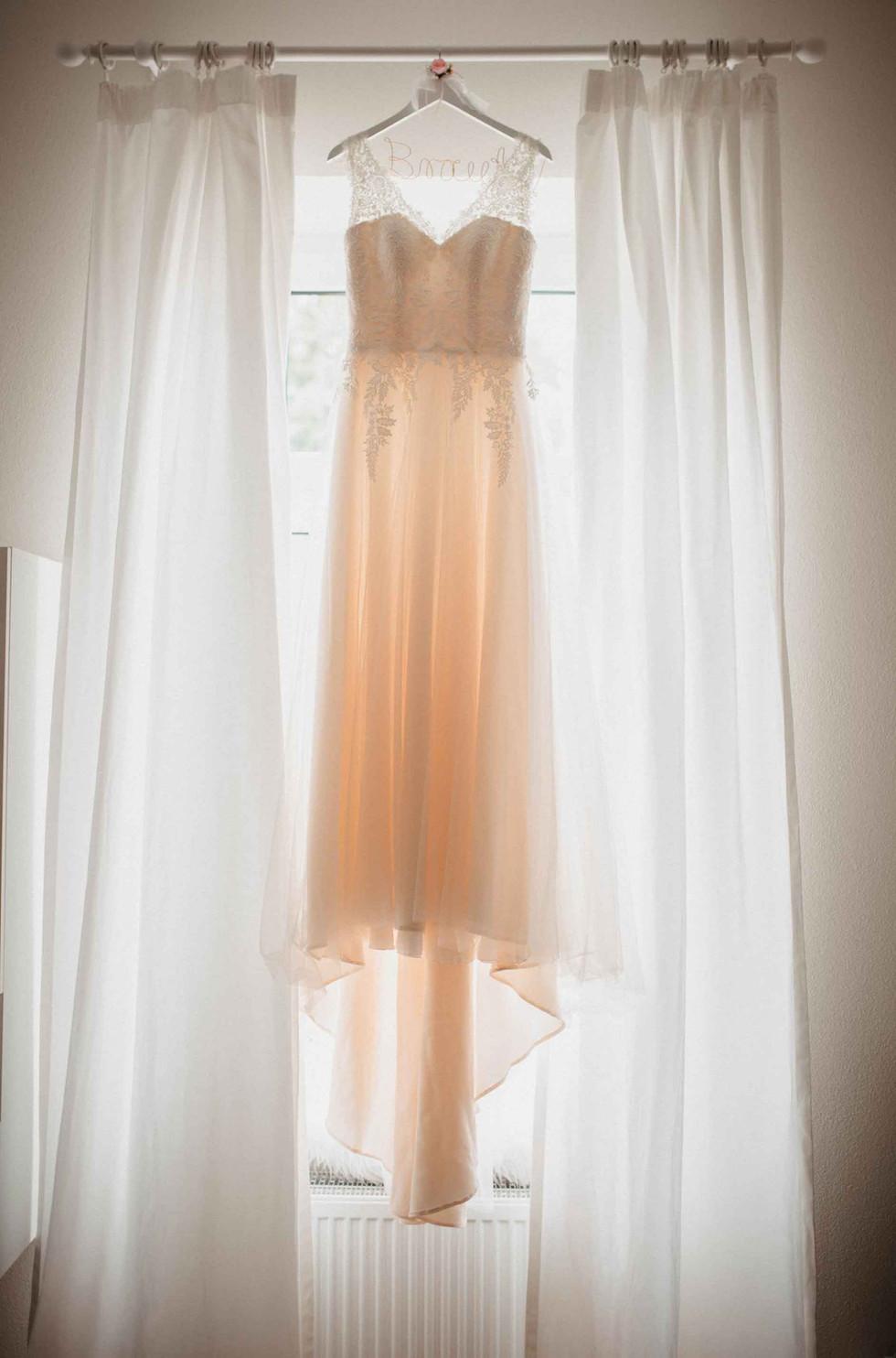 Fensterbild.Brautkleid.GettingReady.jpg