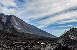 guatemala-volcan-pacaya-clouds-tree