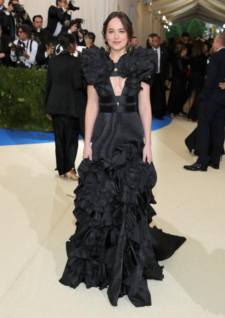 Dakota Johnson vestindo Gucci no met gala 2017