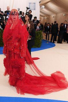Katy Perry veste Maison Margiela no Met Gala 2017
