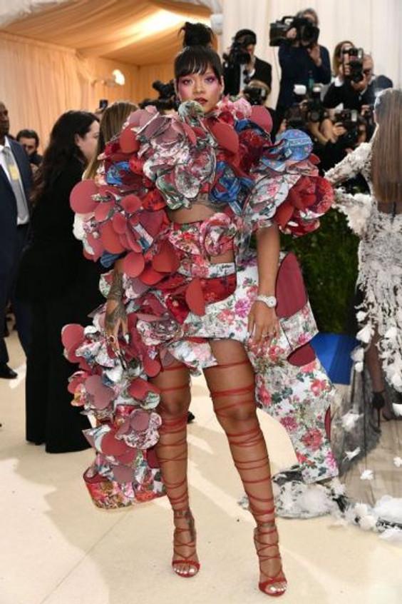 Rihanna veste Comme de Garçon no Met Gala 2017