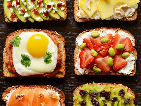 """საუზმე """"იფქლის"""" ტოსტის პურზე"""