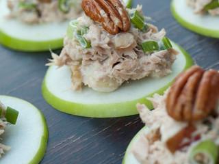 ქათმის სალათა ვაშლის ნაჭრებზე