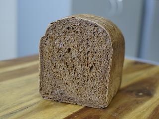 როგორ გავარჩიოთ ხორბლის ჯანსაღი შავი პური შეღებილისგან?