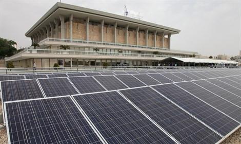 מערכת סולארית על גג מבנה הכנסת