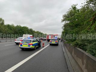 Verkehrsunfall mit eingeklemmter Person, A2, Rehren -> Hannover, PKW auf LKW