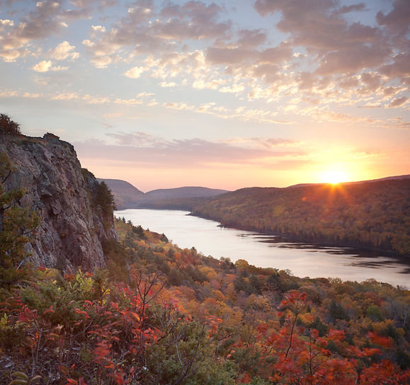 lake-of-the-clouds-in-michigan-in-fall-color-at-su-PEVWYGN.jpg