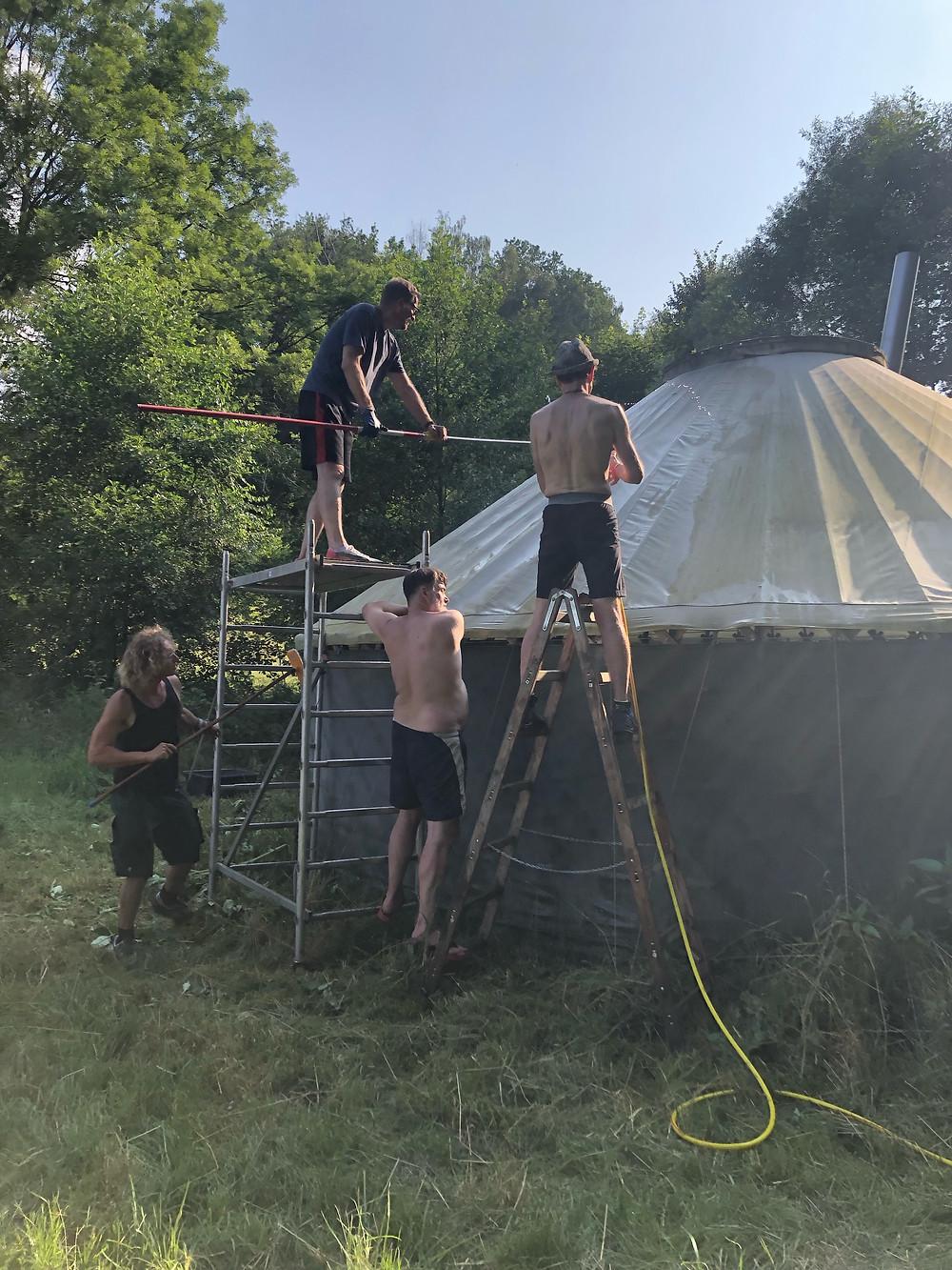 Männer putzen eine Jurte