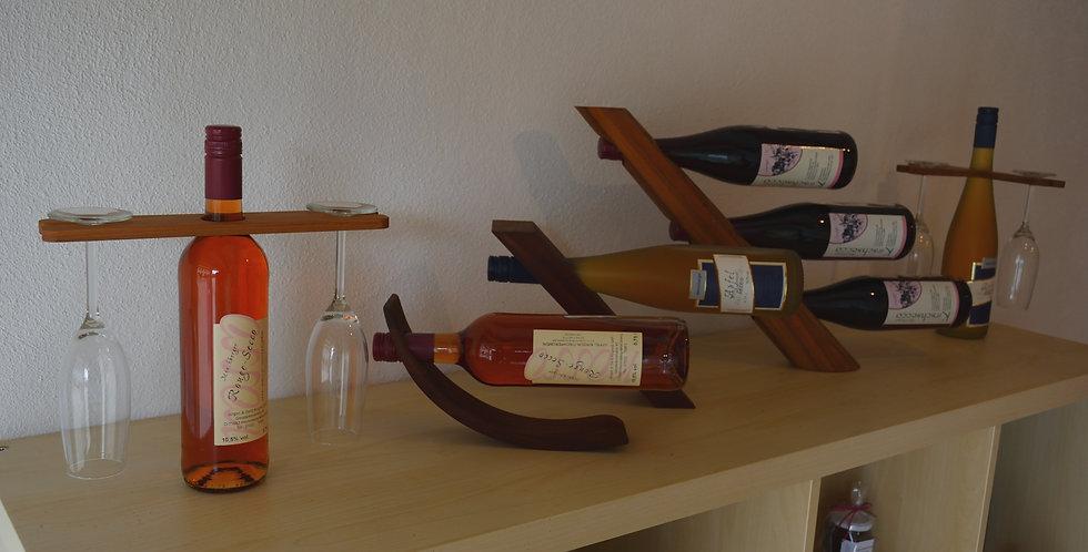 Verschiedene Glas- und Flaschenhalter aus Holz