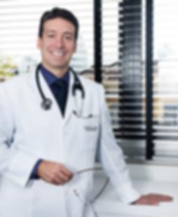 Dr. Paulo Prates - Cirurgião Cardiovascular - Foto no Consultório