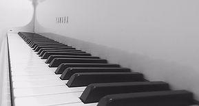 Pianotunnit, Musikkikoulu Kerava. Kuvassa pianon koskettimet ja musiikkikoulun valikoima tunneista.