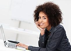 Kvinde med bærbar computer