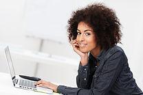 Femme avec ordinateur portable
