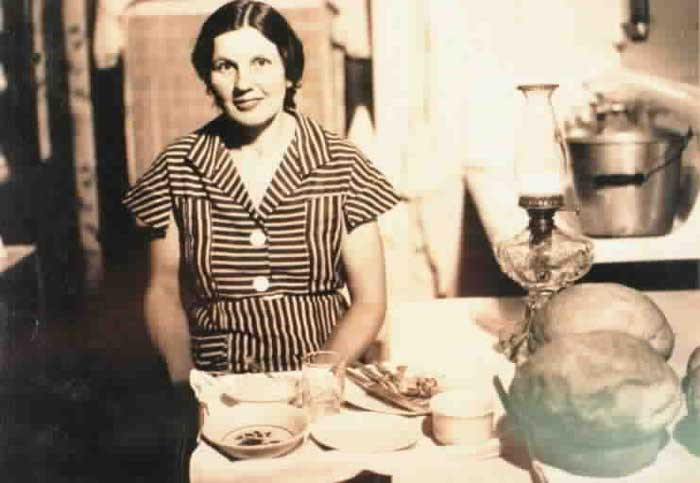 Ohio wife and mother Ellen Conkle and the dishes with which she fed Floyd his last meal. When she politely refused payment, he surreptitiously placed a $1.00 bill—worth around twenty dollars in 2017 currency—under his plate.