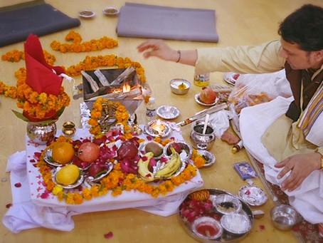 Pujaでヨガの学びの門出を祝う