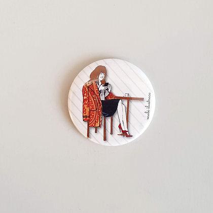 Zrcátko do kabelky – slečna v kavárně