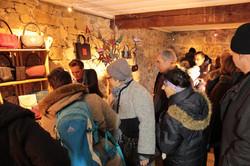 Besucher am Marktstand