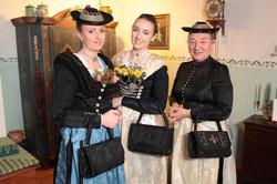 Miedertaschen mit Trägerinnen