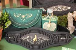 Tasche und Gürtel mit Goldstickerei