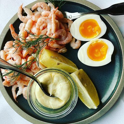 Håndpillet rejer med mayo og citronsamt ½ æg