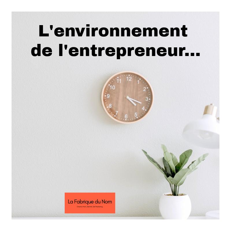 Un bureau, une horloge, une lampe, une plante comme environnement de travail eco-responsable.