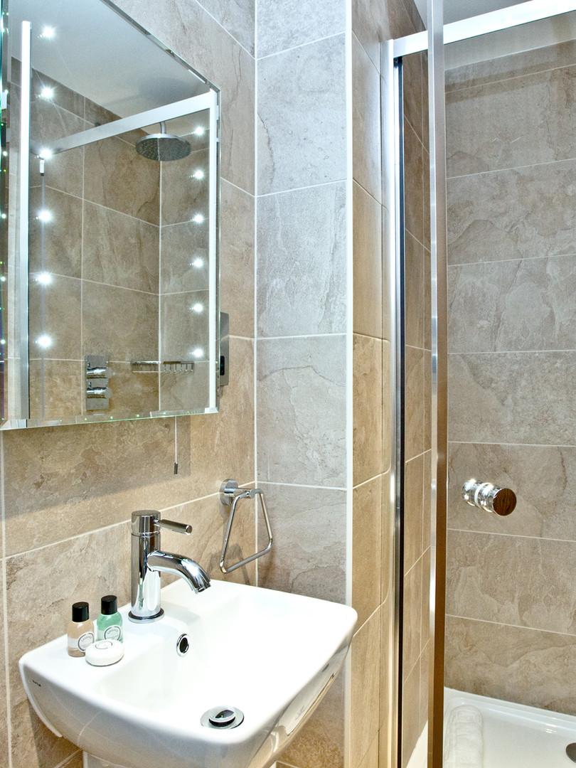 Apart 37 - Bedroom & bathroom_2.jpg