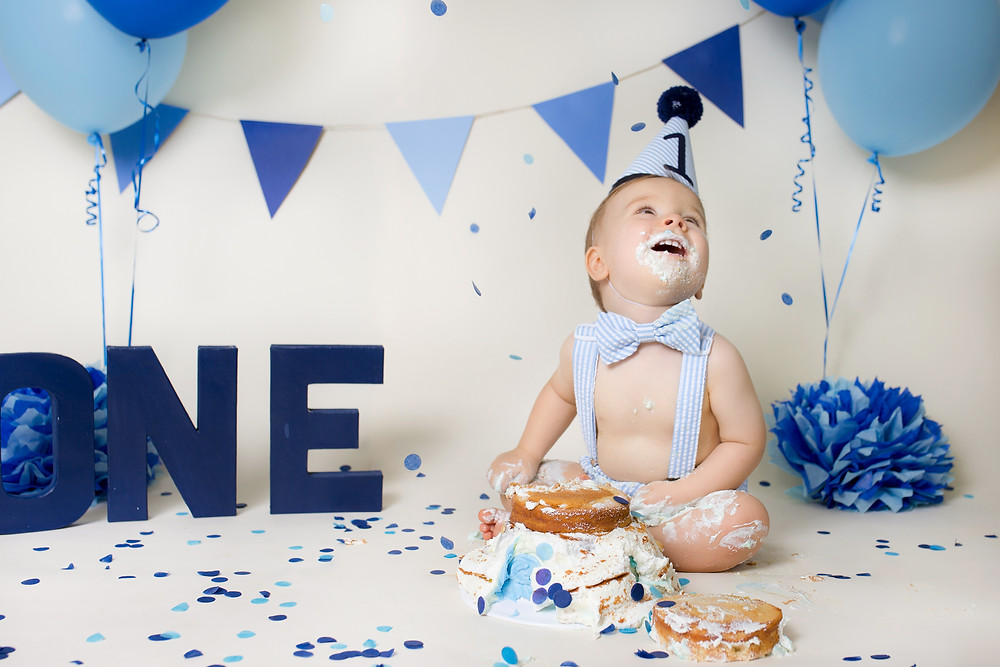 Savannah Children's Photographer One year old cake smash blue seersucker outfit and blue decorations