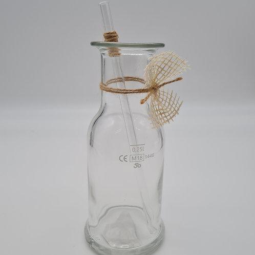 Cocktailglas mit Glasstrohhalm
