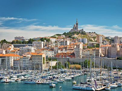 Notre chambre d'hôtes à Lambesc est proche d'Aix en Provence, du Luberon, de Marseille et des calanques de Cassis et de Marseille.Le Mas de Camejean