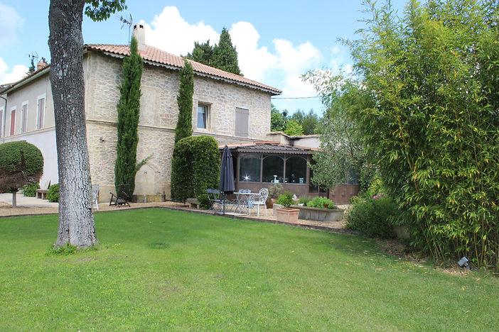 Chambres d'Hôtes située à Lambesc, Le Mas de Camejean est situéeau coeur de la Provence, proche du Luberon et d'Aix en Provence. Mas De Camejean, Chambres d'Hôtes avec piscine, Lambesc, Provence.