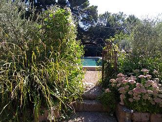 Le Mas de Camejean, Chambre d'Hôte située à Lambes, Provence. Nos chambres hôtes au charme authentique reservent un dépaysement complet propice à la détente et à la farniente. La piscine et la cuisine d'été équipée sont un havre de paix.