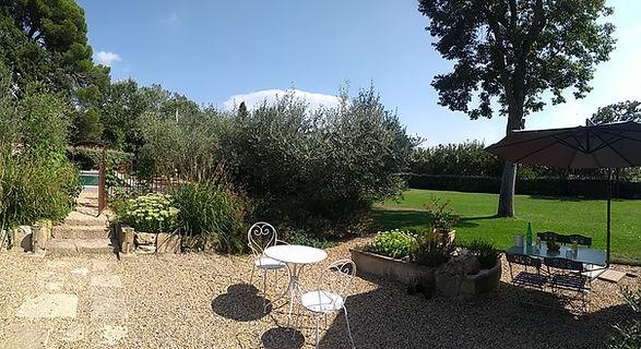Le Mas de Camejean situé à Lambesc, Provence propose 3chambres d'hôtes et une roulotte avec jacuzzi privatif. Les amoureux de la nature pourront partir à pied ou en vélo de la maison d'hôtes pour découvrir Lambesc, la Provence et le Luberon.