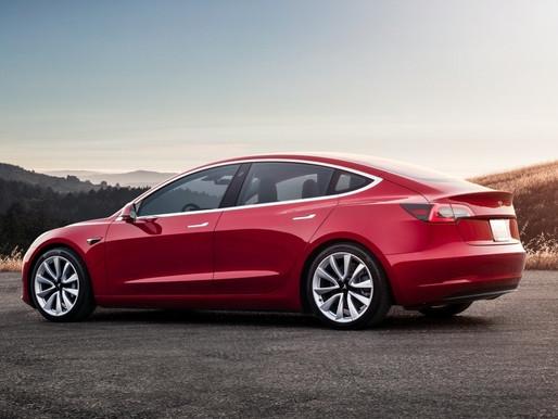 Ora la Tesla sorpassa da sola (ma non devi staccare le mani dal volante)