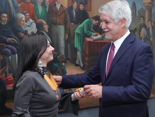 Alcalde Peñalosa condecora a María Paz Gaviria, directora de ArtBO