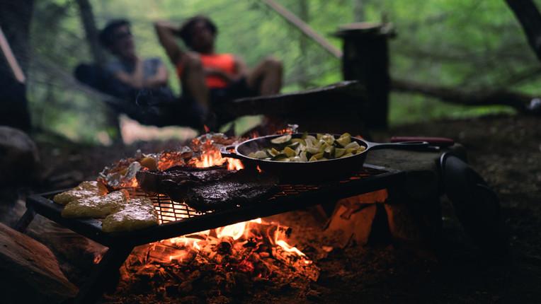 Koken boven een kampvuur