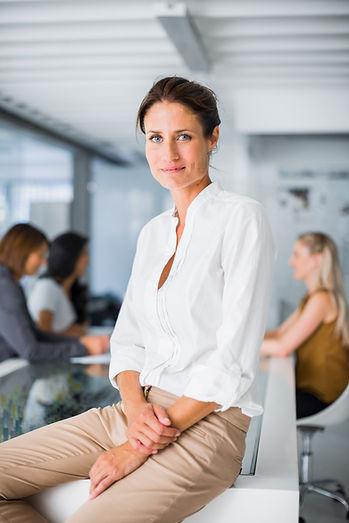 Professionelle Frau sitzen