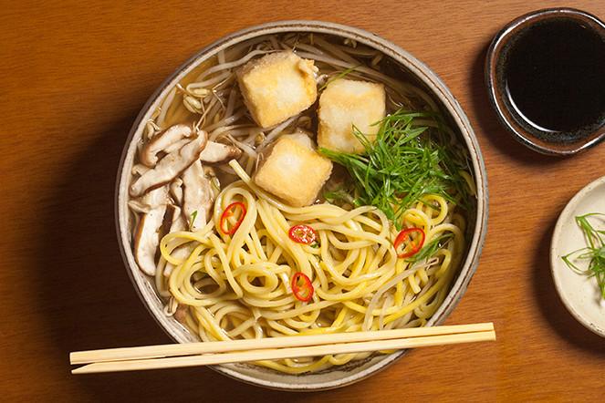 Lamen de legumes, cogumelo e tofu