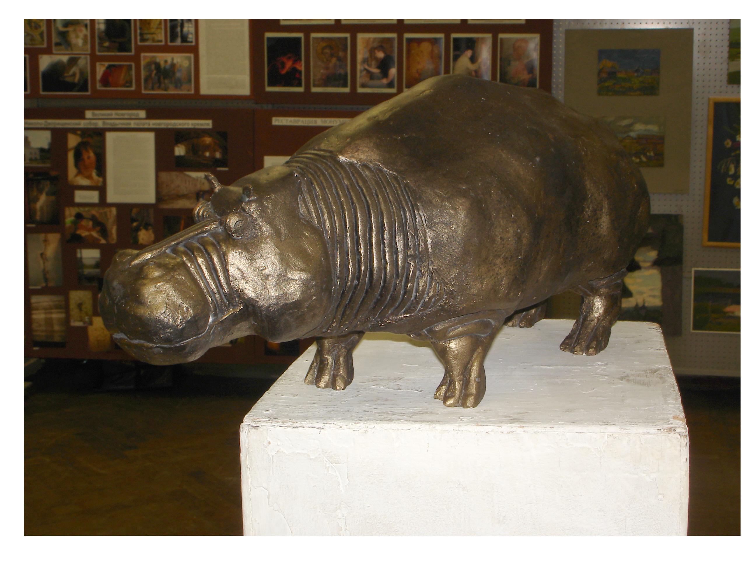 Скульптура бегемота