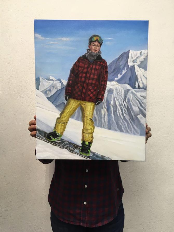Портрет племянника на снежном борде на фоне гор.