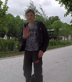 Axel 11 ans qui apprend la gyroroue