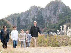 巨大岩と地域の人に見守られながらのびのび暮らすエコ家族