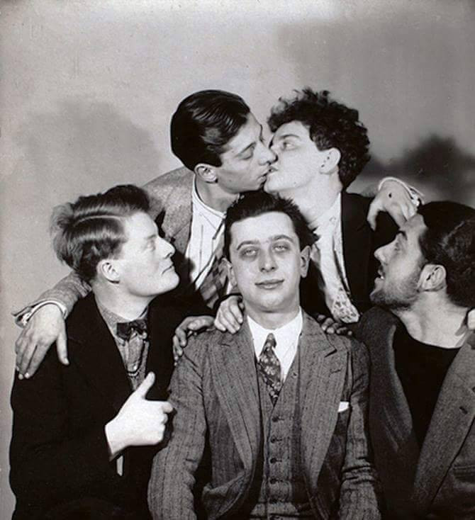 La bande des surréalistes. En haut : Georges & Yvette Malkine ; en bas : André de La Rivière, Robert Desnos & André Lasserre
