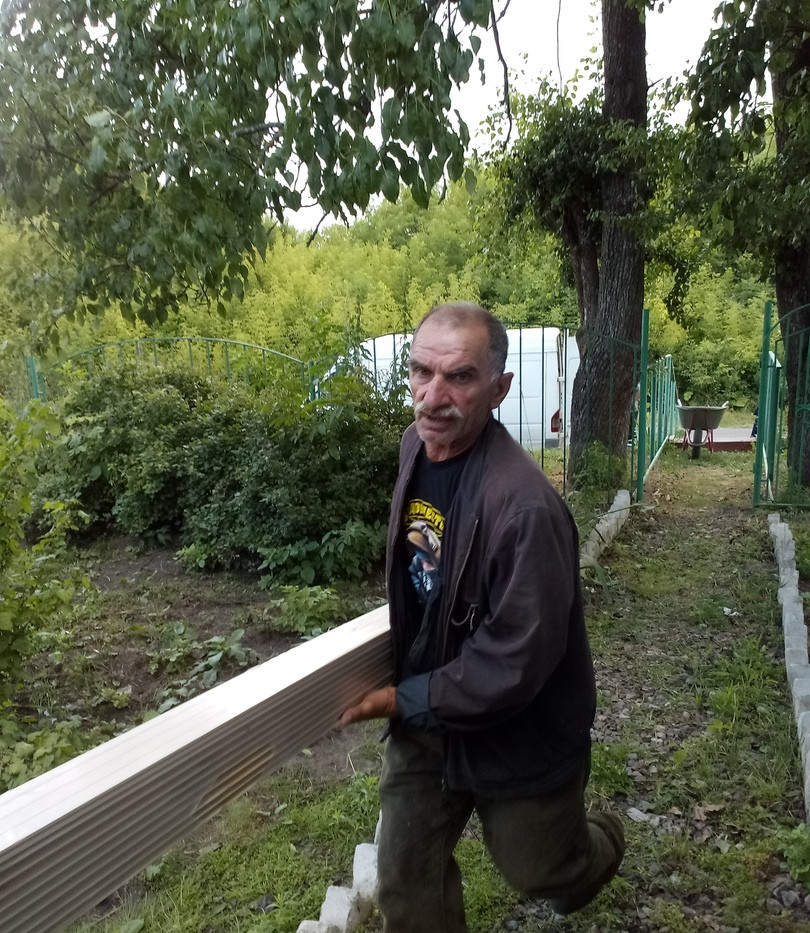Василий Иванович разгружает вагонку.jpg