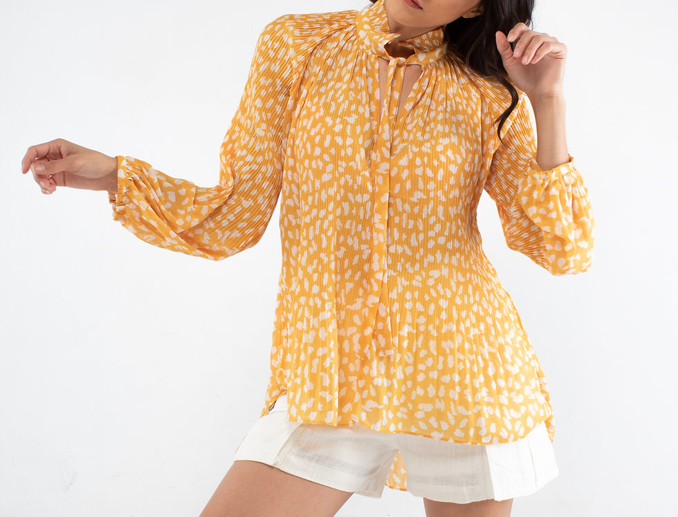 Blusa amarilla manchas blancas